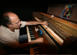 robert_preparing_piano_for_show_fs